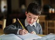 ბიჭი წერს