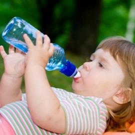 წყლის რაოდენობა, რომელიც უნდა მიიღოს ბავშვმა დღის განმავლობაში;