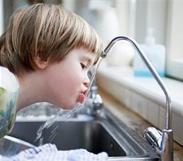მოარიდეთ ბავშვი ონკანის წყალს