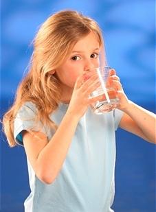რა რაოდენობით წყალი უნდა მიიღოს ბავშვმა დღის განმავლობაში