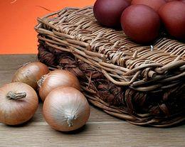 როგორ შევღებოთ სააღდგომო კვერცხები ხახვის ფურცლების გამოყენებით